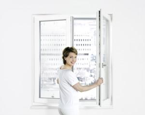 Frau oeffnet Fenster